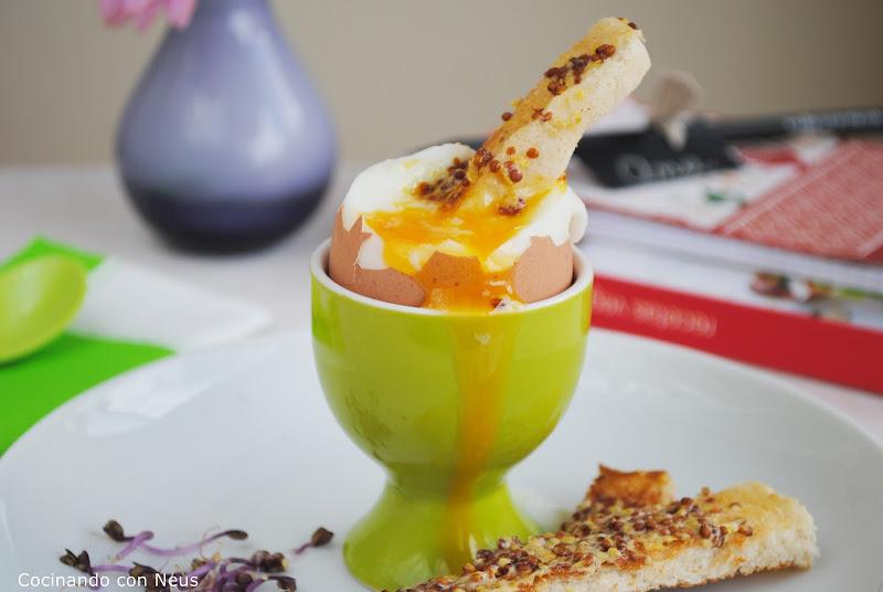 Huevo con bastones de pan a la mostaza