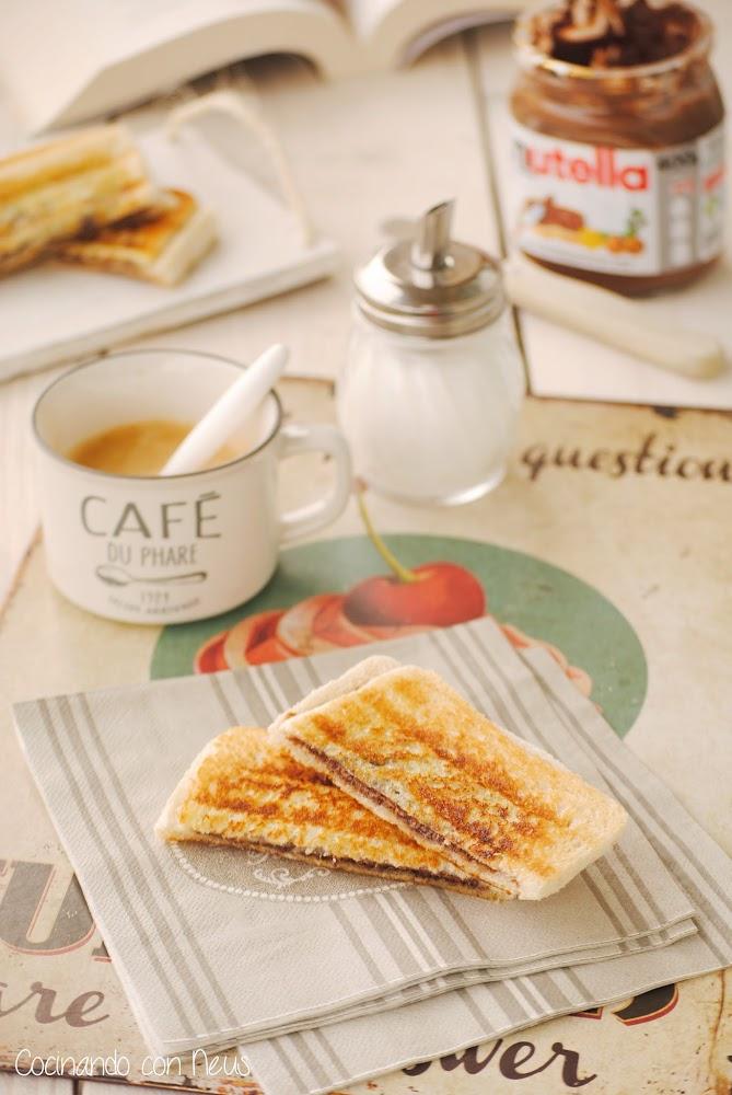 Sándwich de pan de molde con crema de cacao