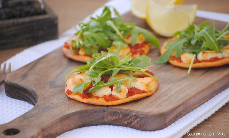 Pizza con tomate rúcula y queso de cabra