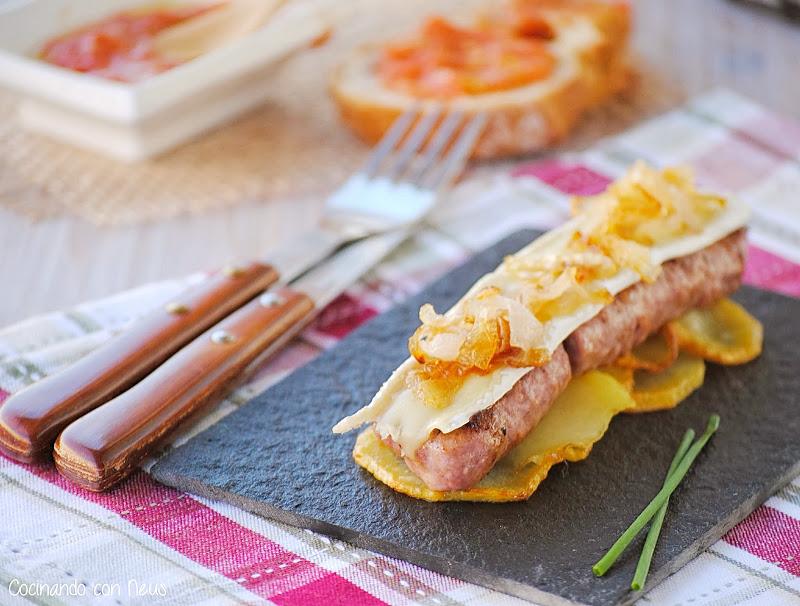 Butifarra esparracada con brie y cebolla caramelizada sobre cama de patatas -cocinando-con-neus