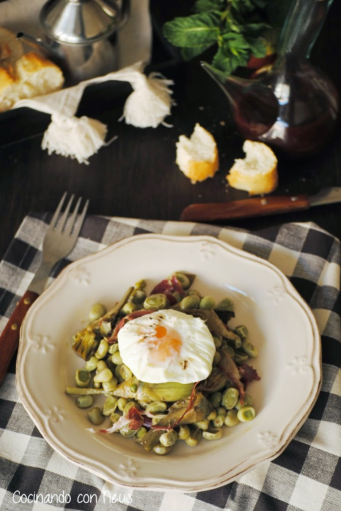 Habas con alcachofas, huevo poché y virutas de jamón ibérico
