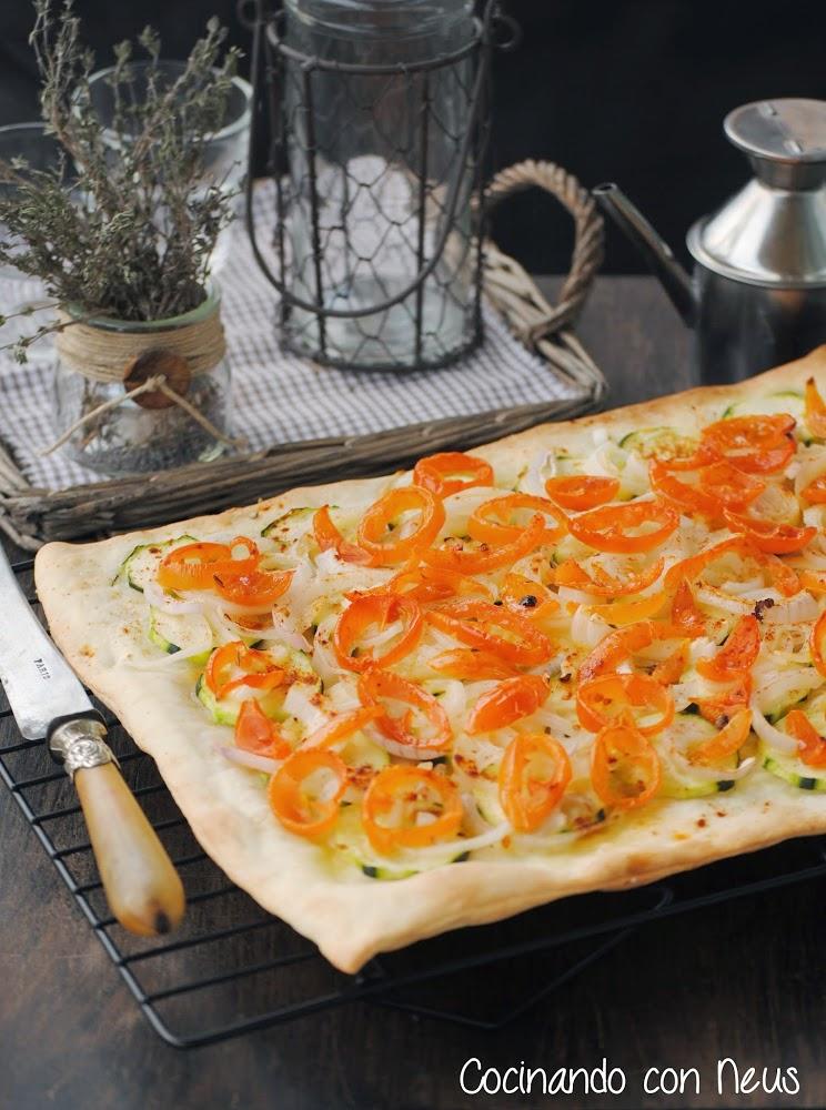 Pizza de calabacín con cebolla y tomates cherrys