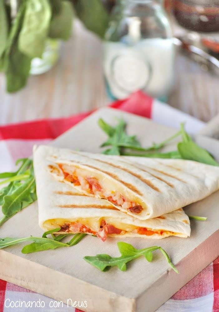 Fajitas de salami con tomates semi secos y mozzarella