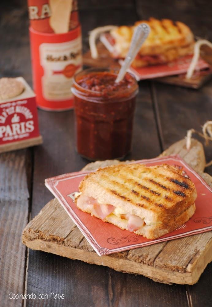 Bocadillo caliente de queso brie con beicon y chutney de tomate al curry