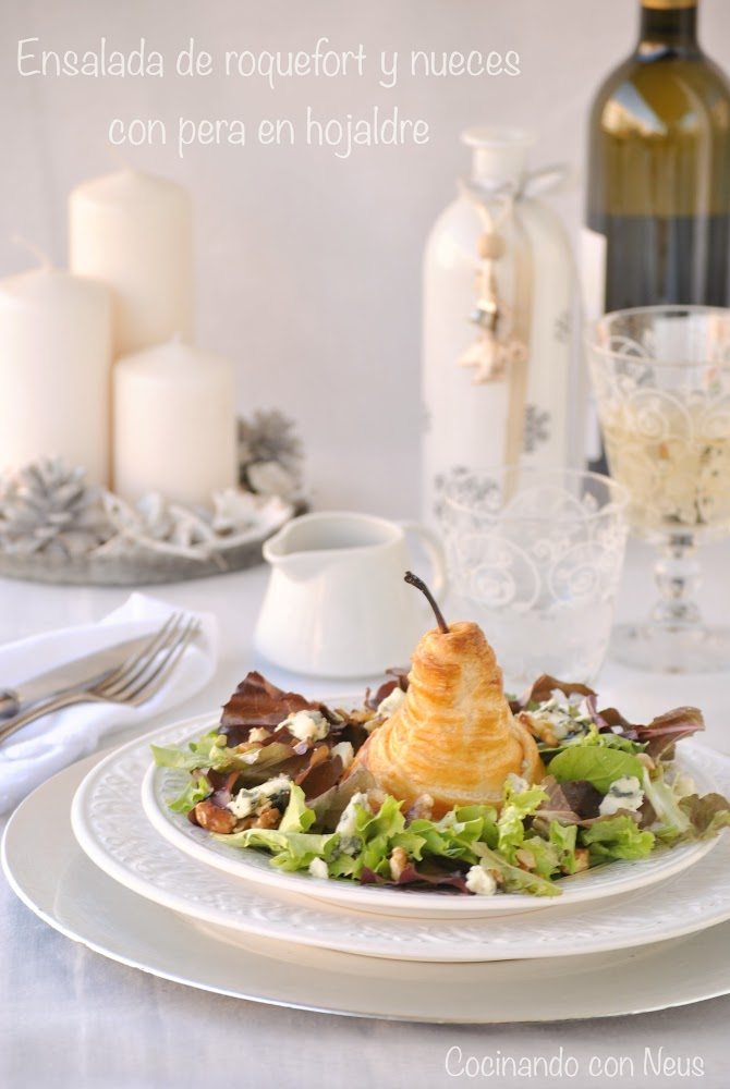Ensalada de brotes con queso roquefort y pera en hojaldre