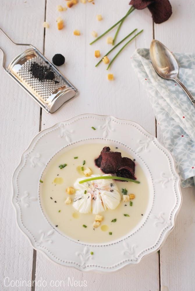 Crema de coliflor con huevo poché trufado y chips de remolacha