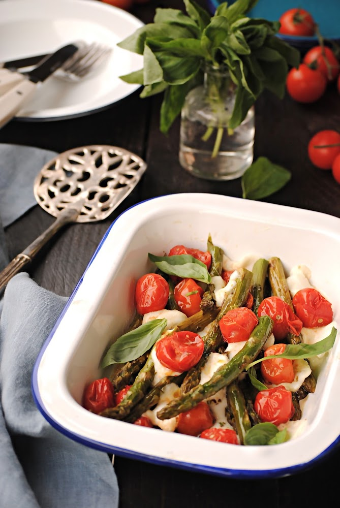 Espárragos con tomates cherry asados al horno