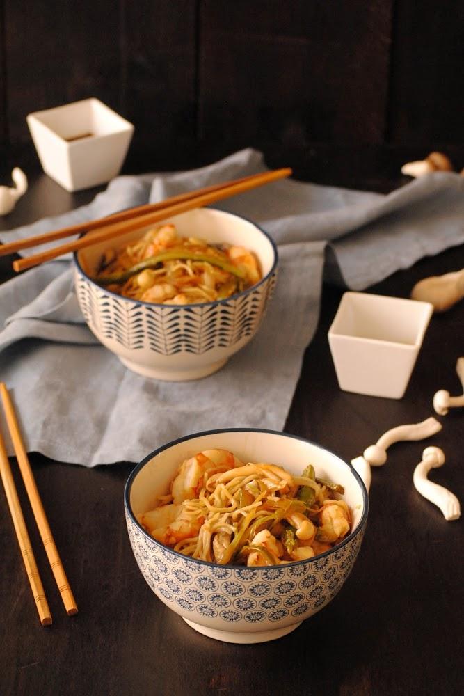 Fideos chinos con ajos tiernos y gambas