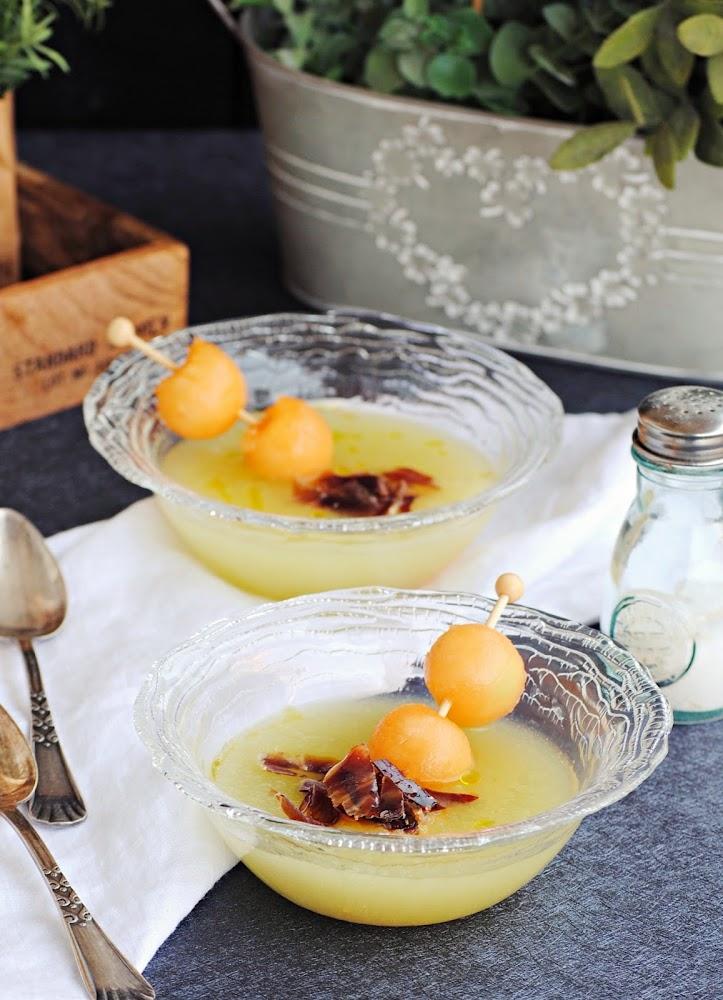 Sopa de melón con virutas de jamón ibérico