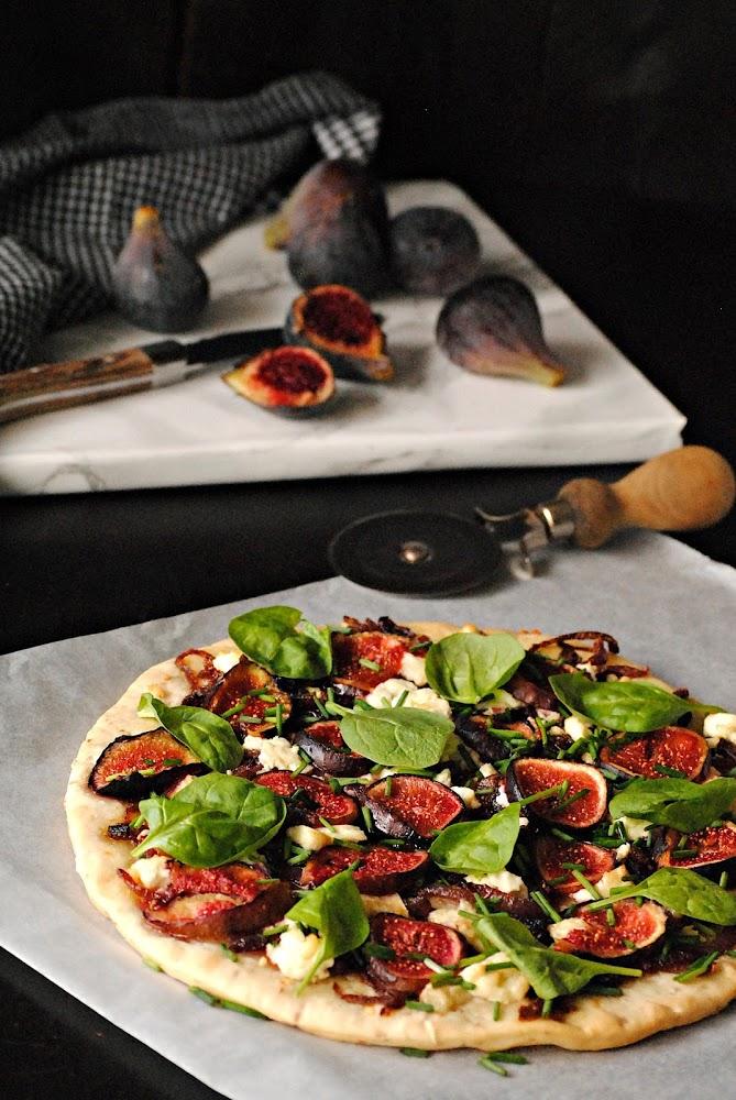 Pizza con higos, cebolla caramelizada y queso de cabra