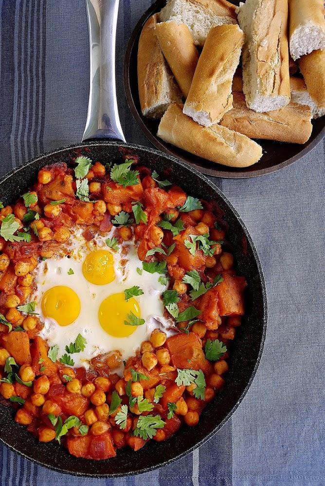 Sartenada de boniatos asados con garbanzos y huevo