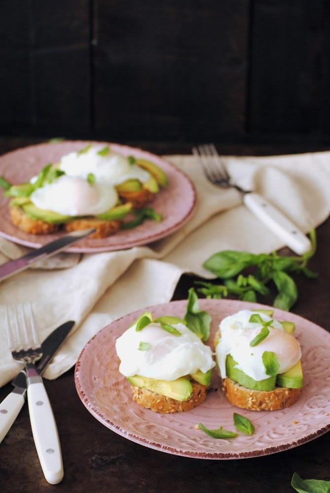 Tostada de aguacate con huevo escalfado
