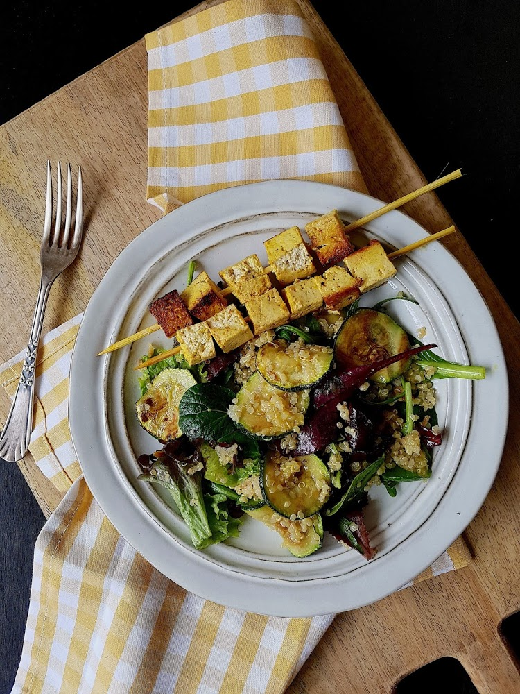 Ensalada templada de quinoa con brochetas de tofu