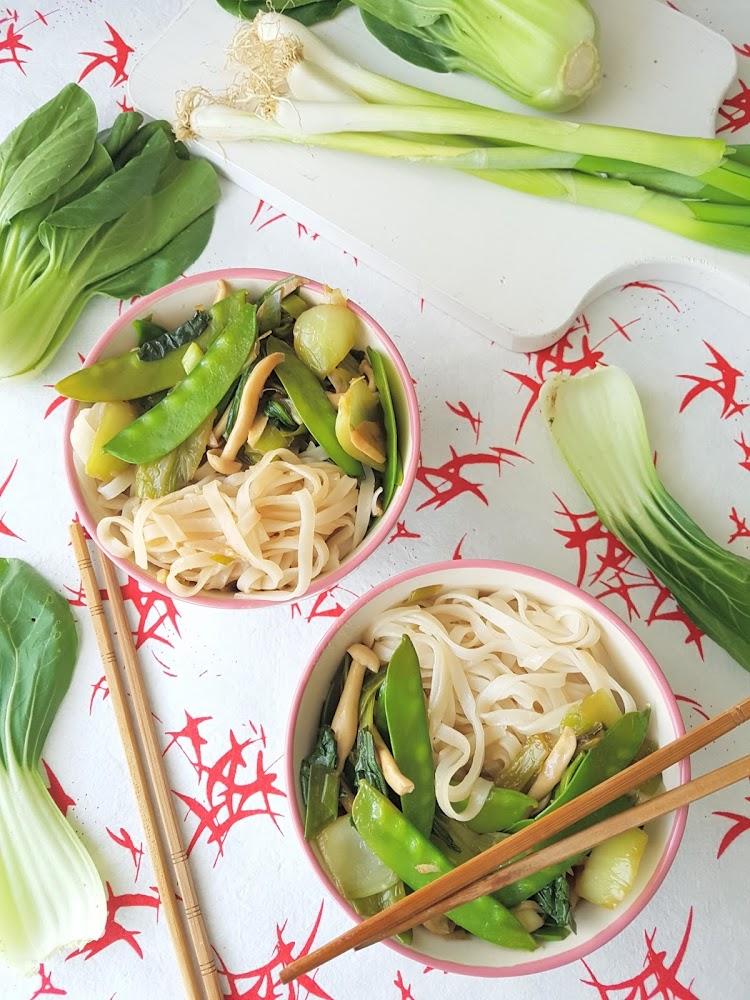 Fideos de arroz con tirabeques y pak choi
