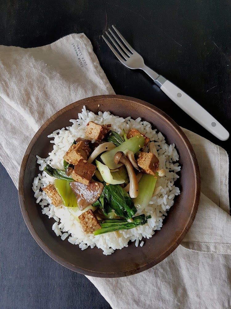 Salteado de pak choi con setas y arroz