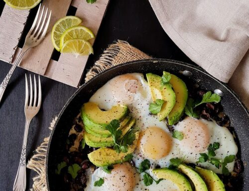 Frijoles con aguacate y huevos