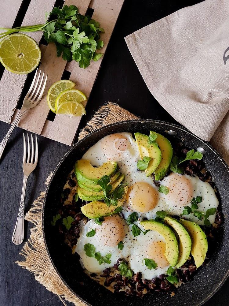 Frijoles con aguacate y huevo