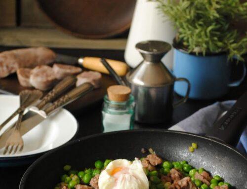 Guisantes con butifarra del perol y huevo poche