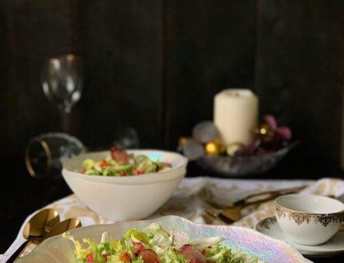 Ensalada de escarola con perlas de granada y crujiente de maíz