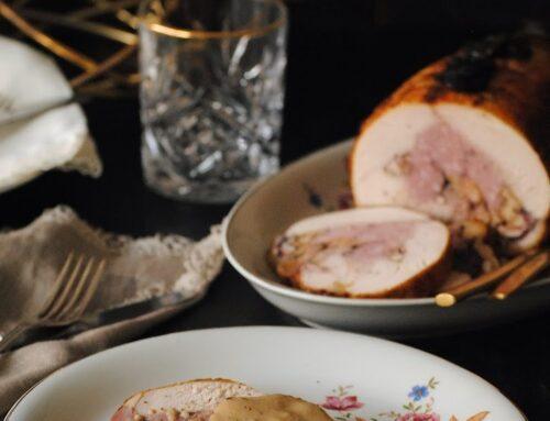 Redondo de pollo relleno de butifarra y nueces con salsa de manzanas
