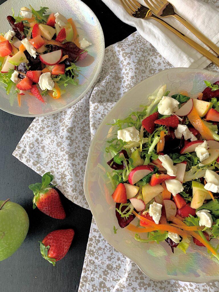 Ensalada de fresas con queso de cabra