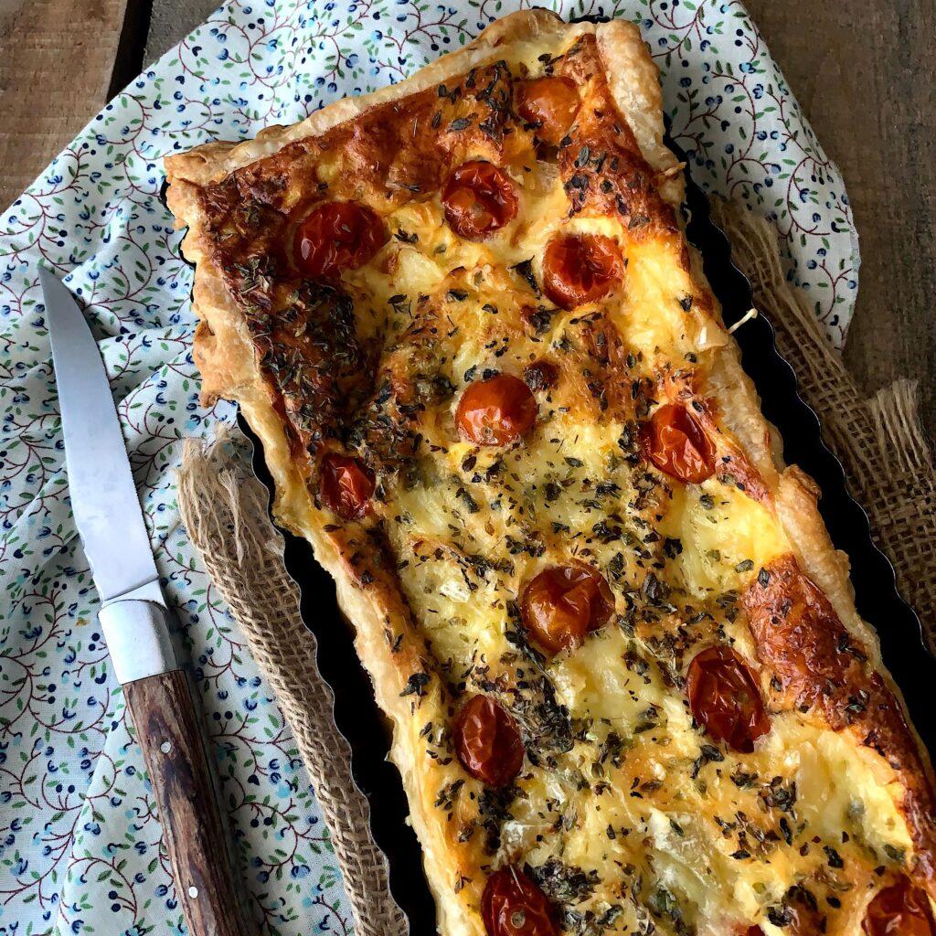 Tarta de puerros con tomates cherry y queso azul