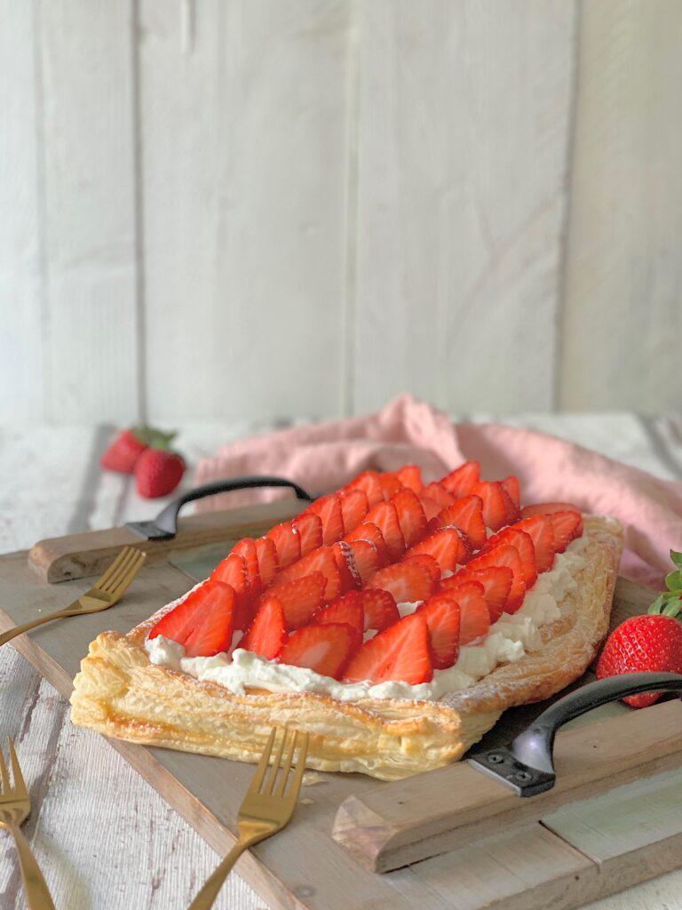 Tarta de hojaldre con nata y fesas