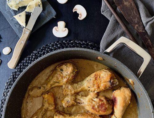 Jamoncitos de pollo con salsa de champiñones y gorgonzola