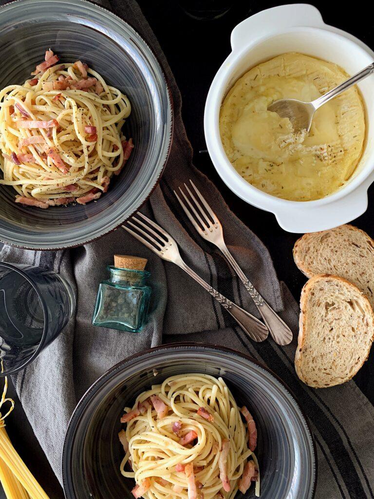 Spaguettis con camembert asado
