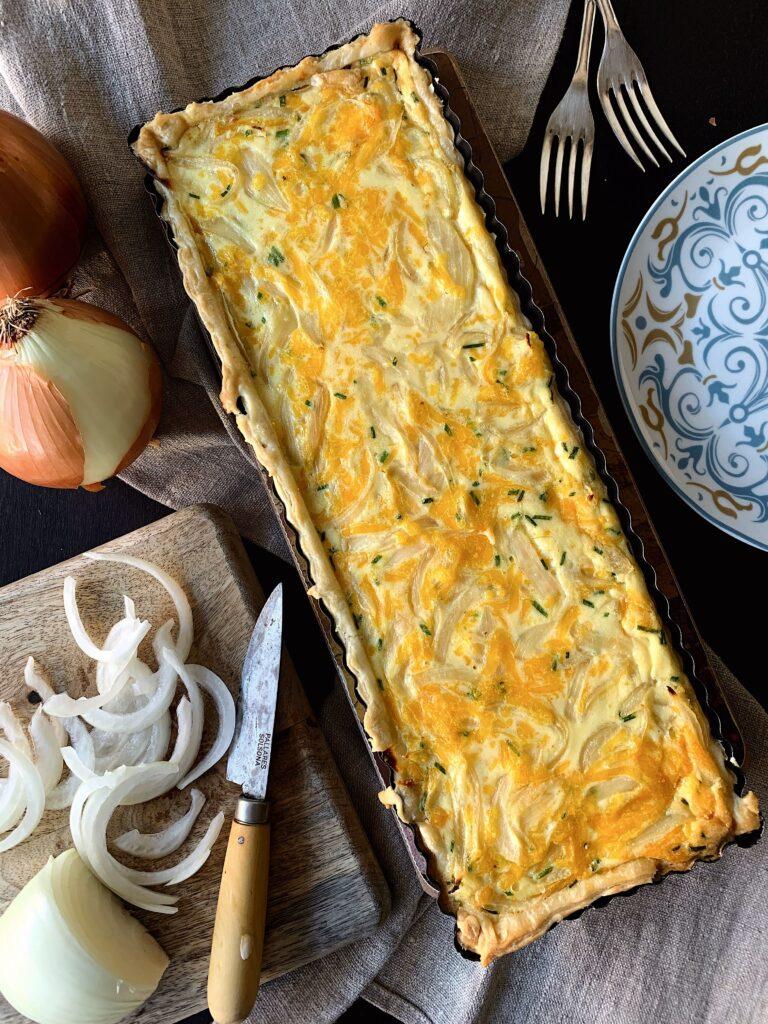 Tarta de hojaldre con cebolla y queso cheddar
