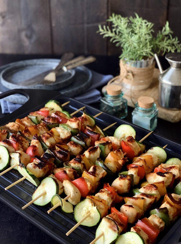 Brochetas de pollo y verduras con mostaza y miel