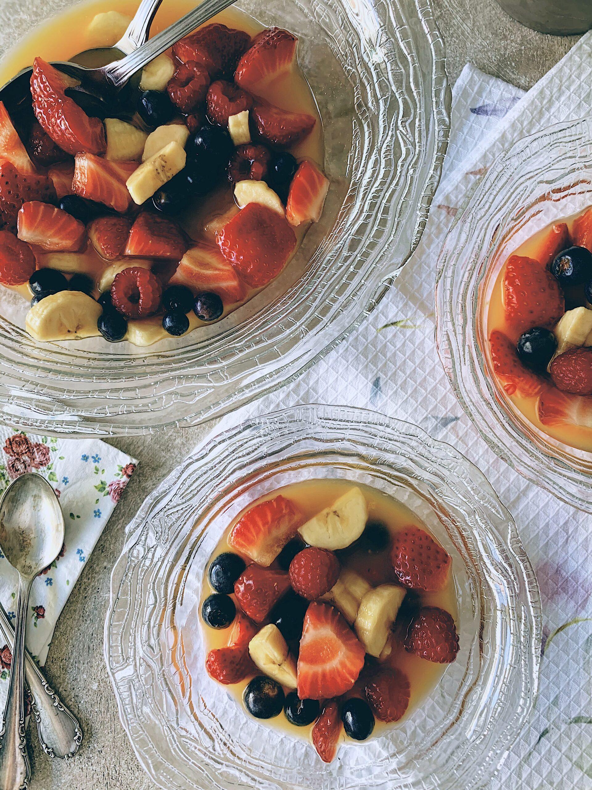 Macedonia de bayas rojas con plátano y almíbar de naranja
